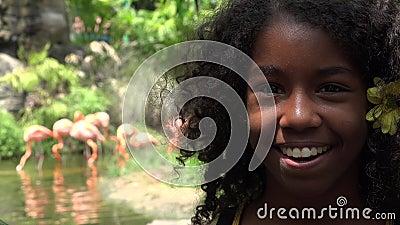 Gelukkig Tiener Afrikaans Meisje bij Dierentuin stock video
