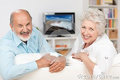 Gelukkig vriendschappelijk bejaard paar