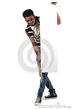 Gelukkige Afrikaanse mens die leeg aanplakbord houden