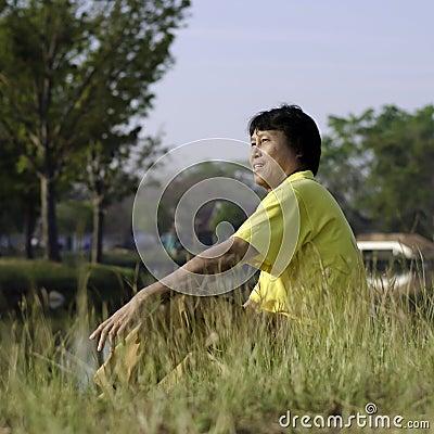 Gelukkige Aziatische mens op middelbare leeftijd