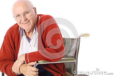 Gelukkige bejaarde in rolstoel