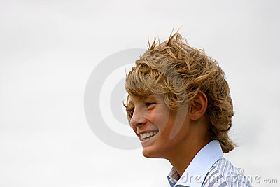 Gelukkige blonde jongen