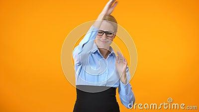 Gelukkige bureaumanager die op heldere achtergrond, carrièresucces, opwinding dansen stock footage
