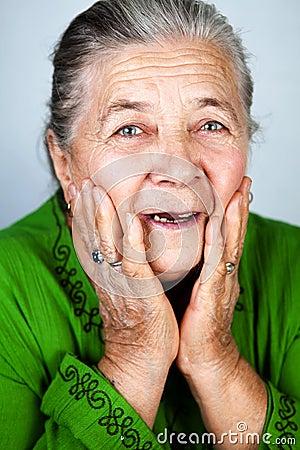 Gelukkige en verbaasde oude hogere vrouw