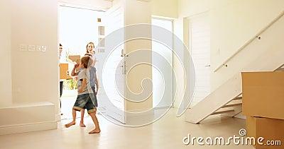 Gelukkige familie die zich in hun nieuw huis bewegen