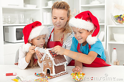 Gelukkige familie in Kerstmistijd in de keuken