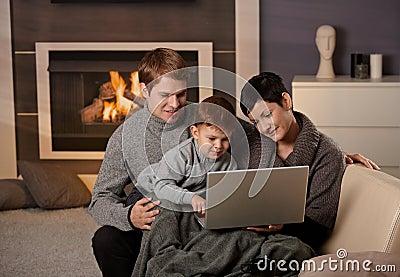 Gelukkige familie met computer