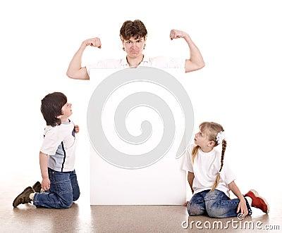 Gelukkige familie met witte banner.