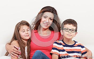 Gelukkige familie moeder en jonge geitjes op bank thuis stock foto afbeelding 60408729 - Bank thuis van de wereld ...