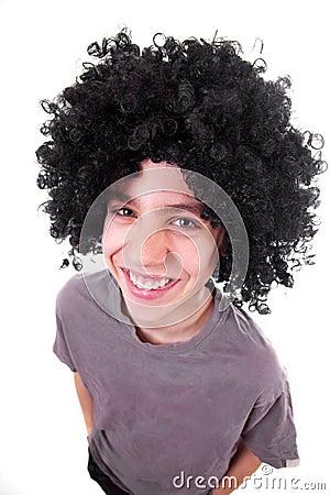 Gelukkige glimlachende jongen met zwarte pruik