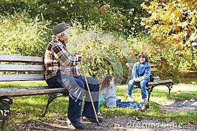 Gelukkige grootvader met kleinkinderen