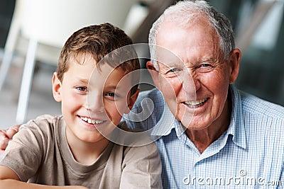 Gelukkige grootvader met zijn kleinzoon