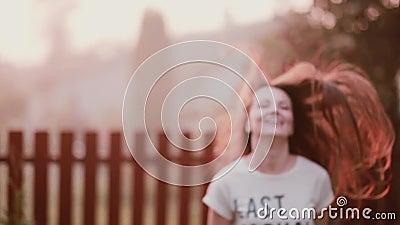 Gelukkige jonge vrouw die van aard genieten, die hebbend pret, het glimlachen, het springen van vreugde draaien De opwinding van  stock footage