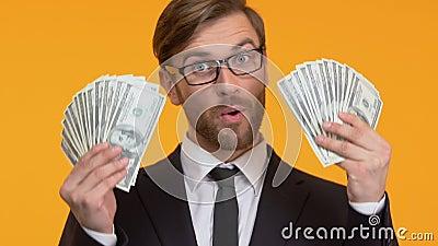 Gelukkige mens die met grote som contant geld, loterij of casino het winnen, close-up opscheppen stock videobeelden