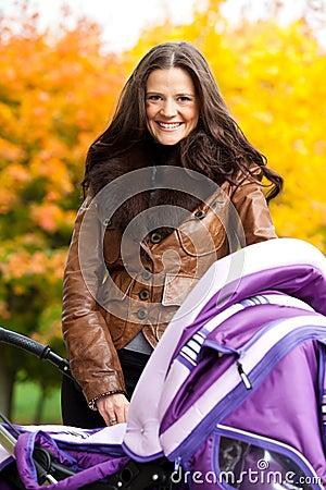 Gelukkige moeder met kinderwagen