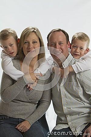 Gelukkige ouders met 6 jaar oude identieke tweeling royalty vrije stock foto 39 s afbeelding - Jaar oude meisje kamer foto ...