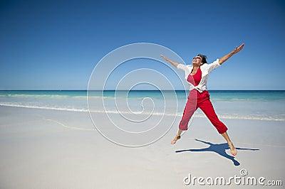 Gelukkige Rijpe Vrouw bij Tropisch Strand