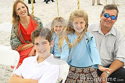 Gelukkige schitterende familie bij het strand