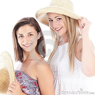 Gelukkige vrienden die van de zomer genieten