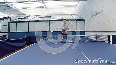 Gelukkige vrouw die het pingpong spelen bij het hof stock video