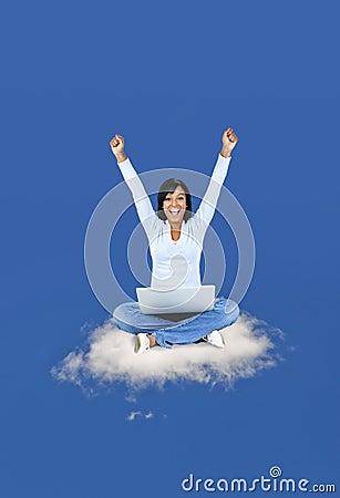 Gelukkige vrouw die op wolk gegevens verwerkt