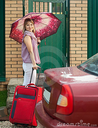 Gelukkige vrouw met bagage