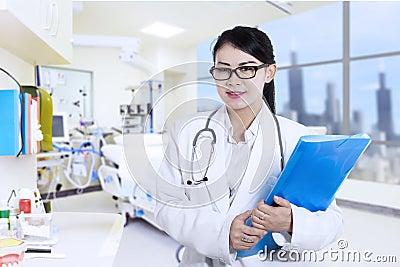 Gelukkige vrouwelijke arts bij het ziekenhuis