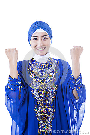 Gelukkige vrouwelijke moslim in blauwe geïsoleerde kleding -