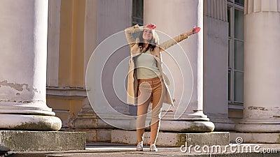 Gelukkige vrouwendans op straat stock video