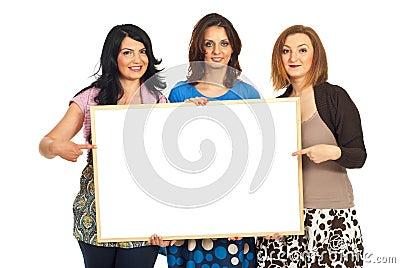 Gelukkige vrouwenvrienden die banner houden