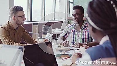 Gemengde rasgroep architecten op commerciële vergadering in modern bureau Mannelijke Afrikaanse teamleider die ideeën bespreken stock video