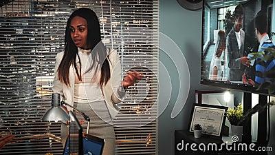Gemengde rasmanager die videographer het werk kritiseren en haar oogglazen opstijgen stock video