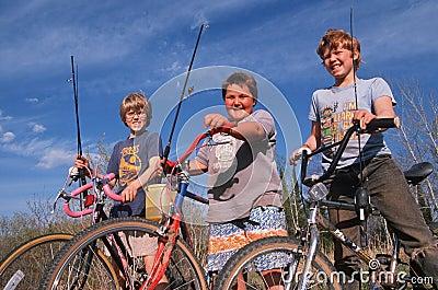 Gående fiske för tre pojkar Redaktionell Arkivbild