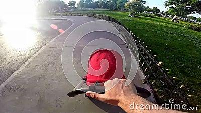 Gene a empurrão de um carrinho de criança de bebê da barra do punho no pavimento urbano video estoque