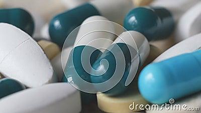 Geneeskunde groene en gele tabletten of capsules op een witte achtergrond stock footage