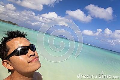 Geniet van zonneschijn op het Strand