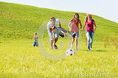 Genitori emozionanti con i bambini