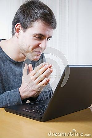 Genoegen bij laptop
