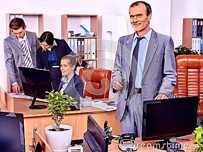 gens d 39 affaires de groupe dans le bureau photo stock image 59510877. Black Bedroom Furniture Sets. Home Design Ideas