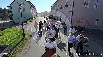 Gente de la boda que camina abajo de la calle almacen de video