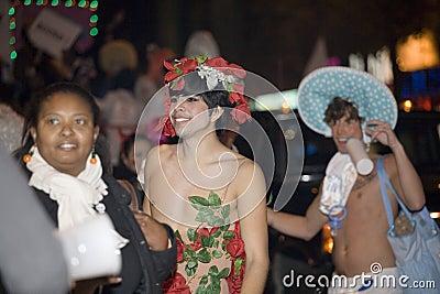 Gente del desfile de Víspera de Todos los Santos Foto editorial