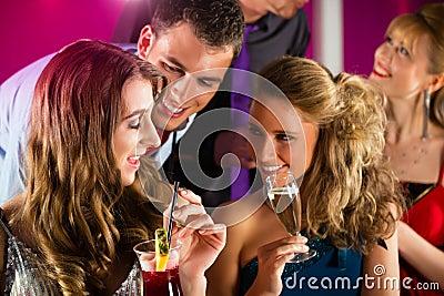 Gente en cócteles de consumición del club o de la barra