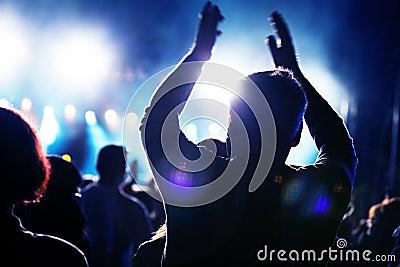 Gente en concierto de la música