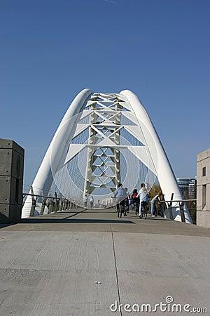 Gente en el puente peatonal