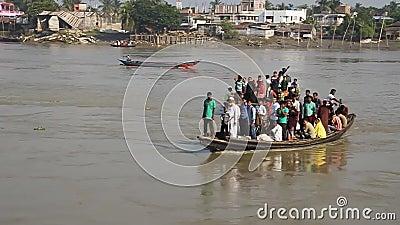 Gente en un ferry en el río Rupsa en Khulna, Bangladesh almacen de metraje de vídeo