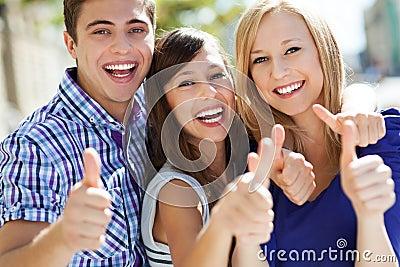 Gente joven con los pulgares para arriba