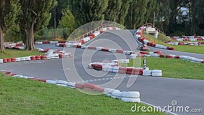 Gente joven que conduce los kartes en el complejo del deporte, reconstrucción, alcohol competitivo metrajes