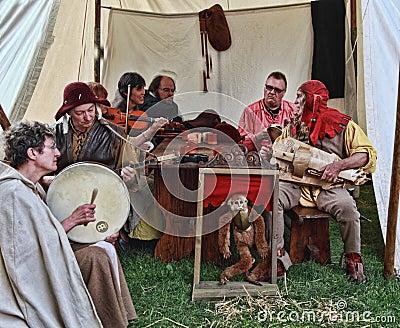 Gente medieval que canta Foto de archivo editorial