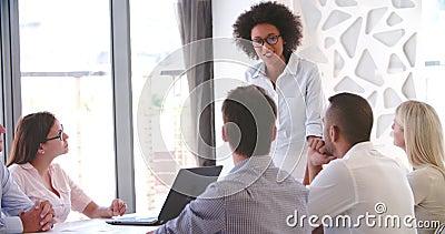 Gente que assiste a la reunión de negocios en oficina abierta moderna del plan