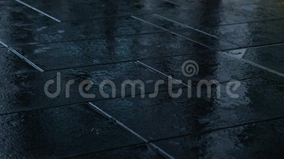 Gente que camina en la calle mojada ?ngulo inferior Cierre para arriba almacen de video